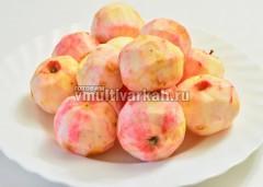 Помойте и очистите яблоки