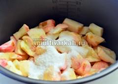 Насыпьте сахар, влейте стакан воды и готовьте в режиме Выпечка 30 минут