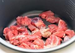 В чашу налейте масло и выложите мясо