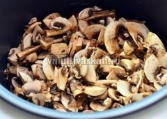 Добавьте лук, грибы, посолите