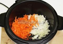 Лук с морковью обжарьте на растительном масле 7 минут