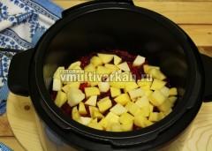 Теперь слоями выкладывайте овощи, сначала картофель