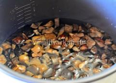 Налейте в чашу воду и добавьте грибы
