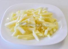 Тем временем очистите и нарежьте картошку