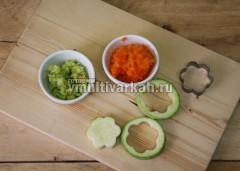Кабачки нарежьте кружочками и выдавите формочками мякоть, натрите тыкву и мякоть кабачка на терке