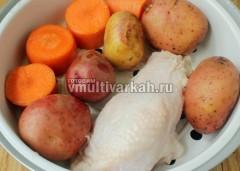 Сверху выложите корзину-пароварку и выложите на нее мясо и овощи