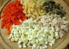 Все ингредиенты нарежьте кубиками