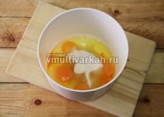 Яйца взбейте с сахаром