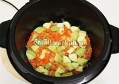 Нарежьте кубиками кабачок и также припустите с овощами