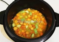 Добавьте овощной бульон и готовьте 12 минут в режиме суп