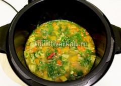 Приправьте солью и перцем, добавьте нарубленную зелень