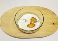 Яйца взбейте с молоком, сметаной ,солью, перцем и мускатным орехом