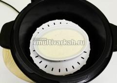 Вылейте смесь в форму, смазанную маслом, и готовьте 10 минут на пару