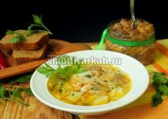 Готовый суп разлетйе по порционным тарелкам