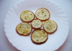 На блюдо выложите слой кабачков
