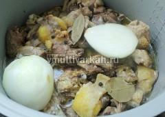 Затем добавьте лавровый лист, перец горошком, соль и луковицу, тушите еще 2 часа