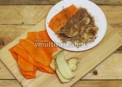 Сделайте сухую смесь из сахара, корицы и кокосовой стружки, обмокните каждую полоску тыквы и яблока