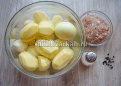 Очистите картофель, лук, подготовьте фарш