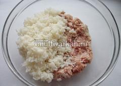 В миску выложите фарш и рис