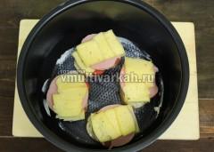 Чашу смажьте маслом и выложите бутерброды