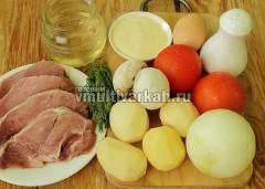 Подготовьте ингредиенты, очистите лук, картофель, грибы