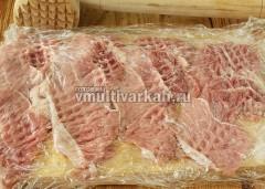 Мясо заверните в пищевую пленку и отбейте