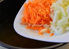 Через 20 минут добавьте лук и морковь к грибами