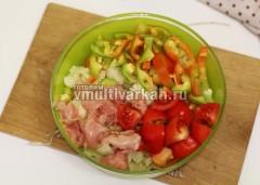 В миске смешайте нарезанный болгарский перец, помидор, филе и цветную капусту, посолите и поперчите