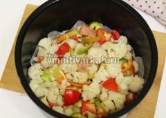 Чашу смажьте маслом, можно застелить пергаментной бумагой, выложите овощи с мясом