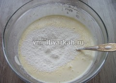 Добавьте гашеную соду или разрыхлитель, просеянную муку порциями