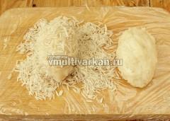 Сформируйте ежики и обваляйте в рисе