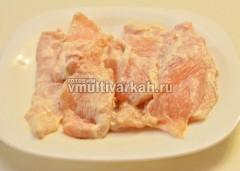 Смешайте сметану с солью и намажьте смесью отбивные, по возможности оставьте на пару часов в холодильнике