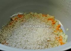 Всыпьте рис, соль и влейте 300 мл воды, готовьте 20 минут в режиме плов