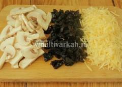 Нарежьте чернослив и грибы, сыр натрите на терке