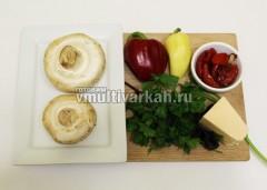 Подготовьте продукты, промойте и осушите грибы, овощи и зелень