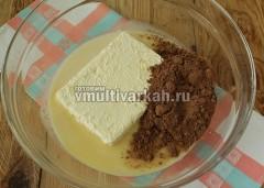 Готовим крем. В миску выложите мягкое масло, сгущенку и какао