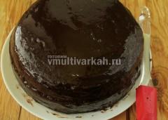 Для глазури растопите шоколад, отдельно доведите до кипения пудру с водой, соедините с маслом и шоколадом, покройте торт