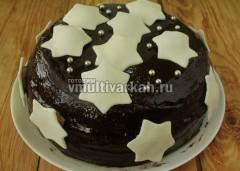 Звездочки из мастики прислеить к торту можно с помощью крема