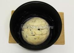 Сформируйте шар, сделайте сверху надрезы и оставьте на 10 минут в смазанной маслом чаше