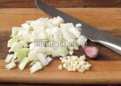 Нарежьте лук и чеснок