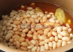 Добавьте фасоль и томатную пасту и воду