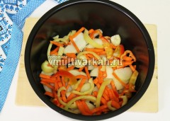 Туда же выложить половину морковки и перца болгарского