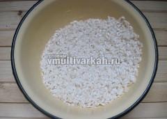 Рис промойте в 6 водах, откиньте на дуршлаг, дайте стечь воде