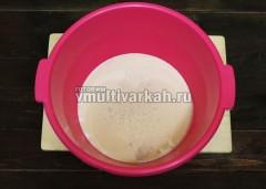 Подогрейте молоко, всыпьте сухие дрожжи и оставьте на 10-15 минут в тепле