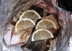 Чашу застелить фольгой, выложить рыбу, сверху дольки лимона