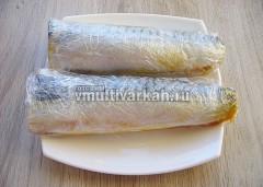 Сложите рыбу и плотно заверните в пленку