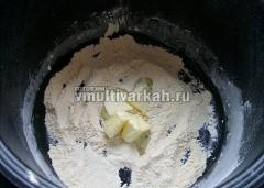 В сухой чаше мультиварке в режиме Жарка обжарить муку до потемнения, добавить масло