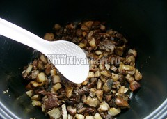 Переложите в тарелку, добавьте масла, выложите грибы и обжарьте 5-7 минут