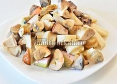 Лесные грибы промойте, очистите, нарежьте