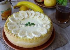 Сверху украсьте бананами и свежей мятой